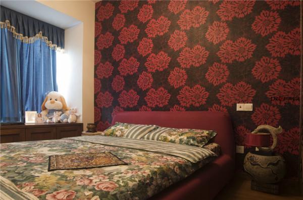 依然沿用新古典风格,衣柜采用木质镂空的造型及墙纸大胆运用了黑色打底搭配鲜艳的红色花朵图案,形成了颜色上的对比显得沉稳庄重而不失时尚。
