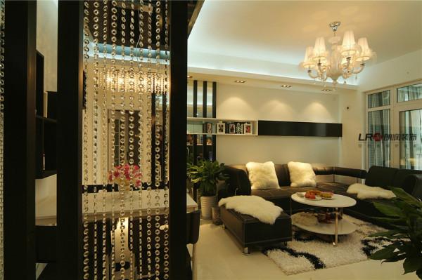 另一个角度的客厅面貌,看到点点珠帘晃动的美感,给整个客厅增加了动感,大气,低调而奢华。