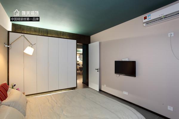 卧室:主卧很简洁,六门大衣柜,所有物品基本收纳于此,空空的白色墙壁,一副抽象画适宜悬挂,简单明了。
