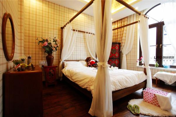 卧室是温暖的鹅黄色调,搭配设计师的精心配饰,用一句诗可以形容:清风拂帷幔,如坠仙境。