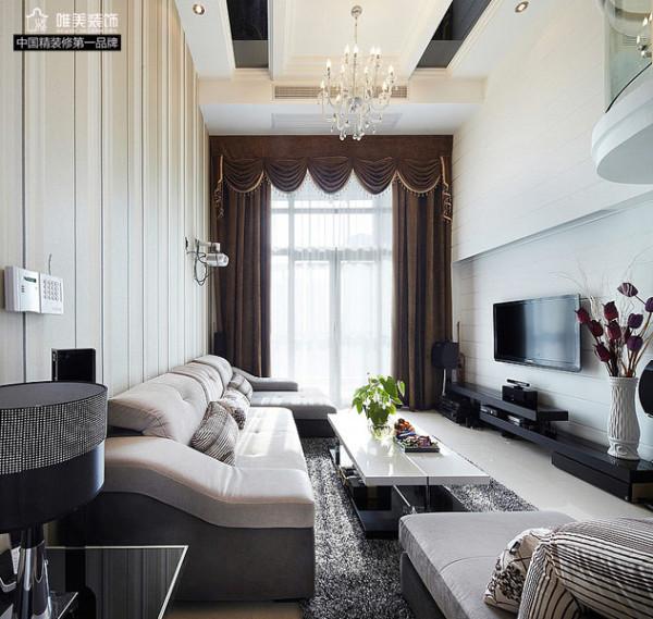 整个客厅黑白灰为主色调,软软的米色沙发,白色的茶几,白色的电视背景墙,黑色的电视柜搁板,咖啡色厚重的窗帘,再配上晶莹的水晶吊灯,宫廷感觉立刻凸显,典雅大气!