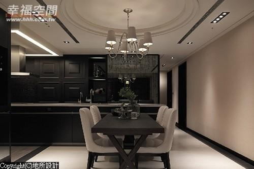 结合餐桌使用的长形吧台具有完整的轻食机能,家中就有料理教室。