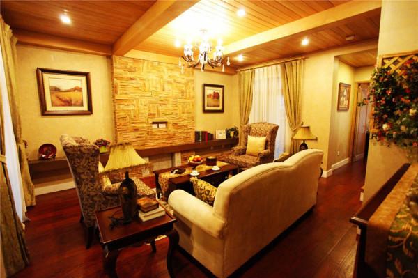 客厅在墙面色彩选择上,自然、怀旧、散发着浓郁泥土芬芳的色彩。还有精心的灯光的散发,家的味道。另一个角度的客厅,但是完美的程度是一样的。