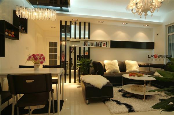 客厅和餐厅是简单隽永的黑白主调,采用了镜面点缀,呈现出大气,低调又显奢华的整体感觉。