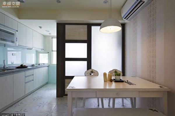 白膜玻璃的材质运用,餐厅与厨房结合的公领域有了光影导入的美好。