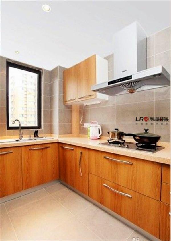 厨房是选用了石英石的橱柜台面,业主特别喜欢这个柜体木头的色调。