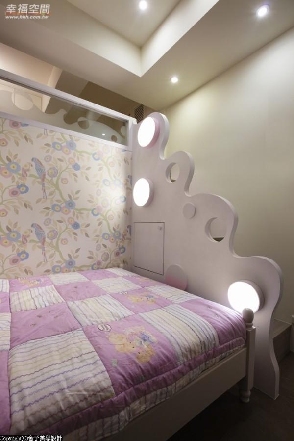 设计师以缤纷的壁纸增添空间舒适氛围,通往楼上的梯间处,则用波浪曲线造型,让空间充满流动感。