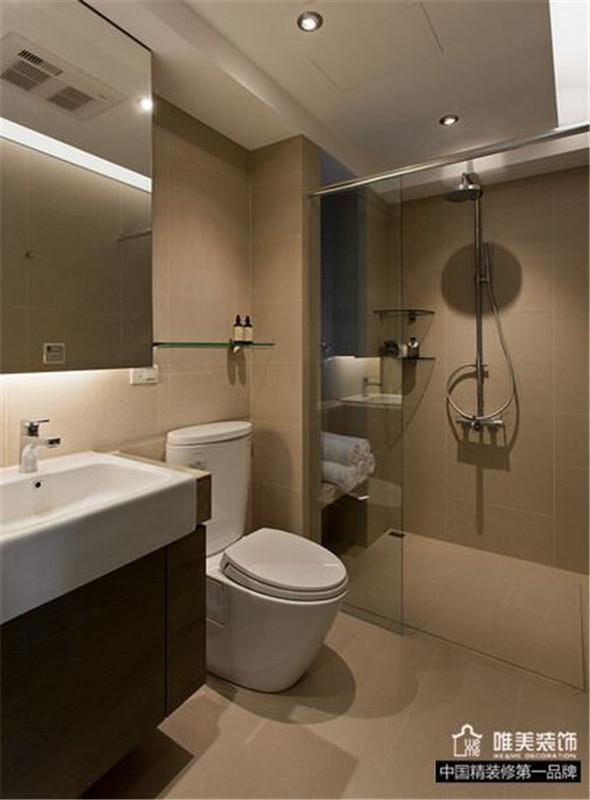 卫浴是主卫,淋浴房一应俱全,色调同样是白色为主。