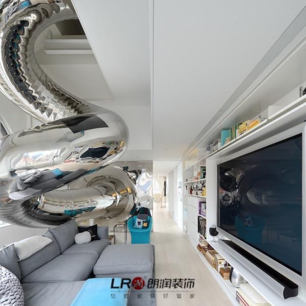 在曼哈顿一所高层中David Hotson设计的一个长达24米、贯穿四层楼的滑梯。