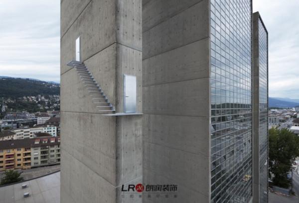 "Lang和Baumann是两位瑞士建筑师,他们联手创作了一个名为""美丽的楼梯""的系列,在诸多不属于他们的建筑物上安置自己设计的台阶,这一个作品是他们在奥地利的一个建筑上的设计。"