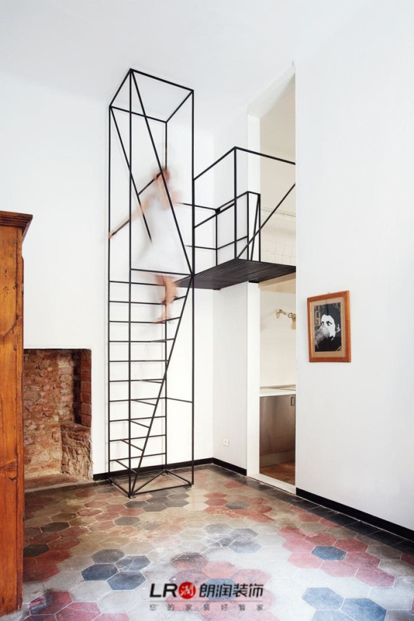 建筑师Francesco Librizzi在米兰一所房屋中设计的简朴的楼梯。