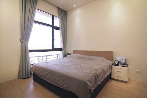 主卧室:摆脱掉过多的装饰,单纯用平稳的色调表现舒适安静的卧眠空间。