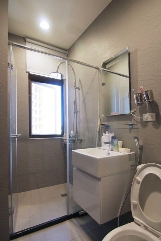 卫浴间:深色令人沉淀,在灰阶的板岩砖的自然纹理当中,随着流水洗去一天的负面因子