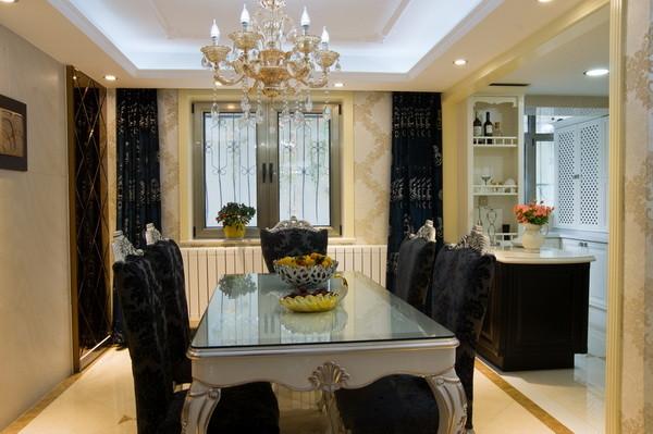 整体黑、金相间的设计稳重大气窗帘的颜色的选择更是点睛之笔,整体营造出了一股奢华和大气的感觉。