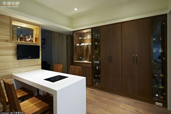 不可思议的超大藏书量以及展示餐柜,善尽每一寸坪效可能。