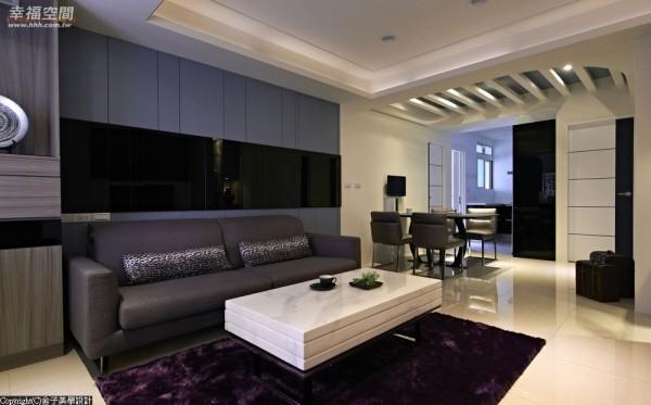 透过烤漆玻璃的质感铺排,呼应空间主题的完整性,巧藏于沟缝线条间的是主卧室的暗门设计。
