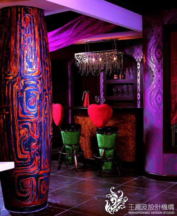 地下的色彩是追绚丽的地方,彩绘的椭圆形柱子,华丽的水晶灯,造型丰富的家具,更能体现主人的热情。