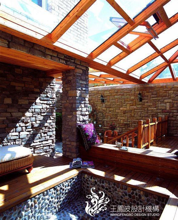 阳光房的处理比起室内相对要质朴一些,但在空间的利用上非常丰富,是业主休闲会客享受阳光的好地方。