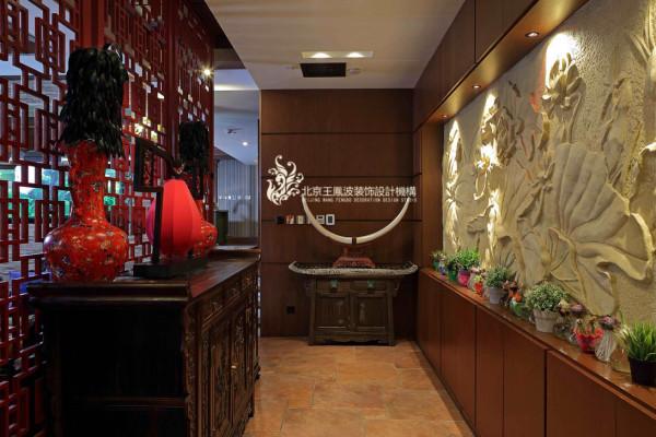客厅旁边的走廊上,设计师安置了一幅荷叶浮雕,石材的质感和色彩打破了空间的单调沉闷。