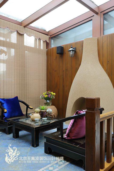 在二层主卧的外边,设计师把一个小天井封闭了起来,做成了一个业主夫妇专享的休闲阳光房。主人可以在这里品茶、观鱼,在冬日还可以享受壁炉边围坐的乐趣。