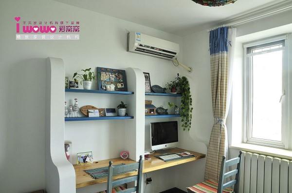 书房在若干年后会考虑该向为孩子房,在电源及设备的摆放上尤为注意,卧室等区域就延续了常规设计,使其保证整体即可。