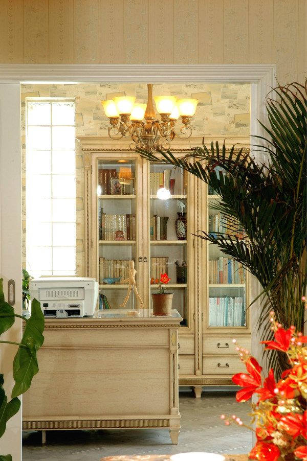 留出一间房作为房主人的储藏间,在客厅的观景区隔出书房,这样在书房看书的同时透过窗户可以观赏庭院里的花草 喷泉 小山 流水,使人置身于大自然之中,充分的享受阳光、空气、水。