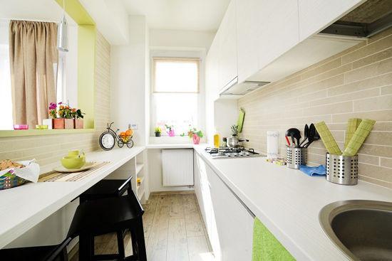 U型餐厨 餐厨空间有限,将其打造成为U型能有效地增加操作台面积;白色餐桌除了可作用餐和吧台之用,在非用餐时段更可作为工作桌,十分实用。