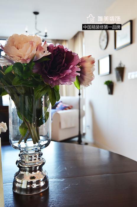 桌上一束牡丹花插在玻璃瓶中,温馨的家庭生活。