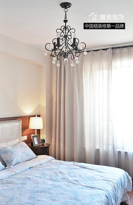 客卧浅蓝色床罩配上米色窗帘,和谐温暖。
