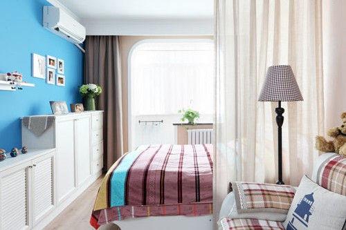 装饰亮点:卧室被处理粉红色的墙面,搭配上具有明显春意的花朵图案床品,让人犹如置身缤纷花园,恬淡而美好。鲜艳绿植的点缀在律动中统一协调,整个空间显现出一派田园乡村风情。