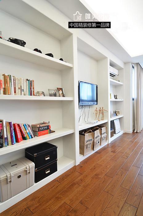 电视柜亦采用嵌入式方式,即可做书架,又可摆放精致小物品。