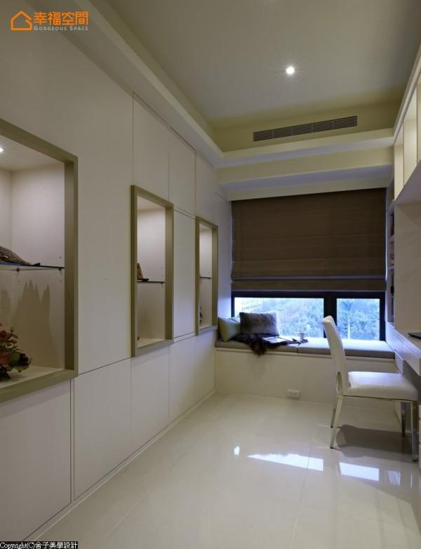 窗边卧榻为空间预留一隅专属静谧;注入双面柜巧思,正面展示端景作为客厅背墙延伸,背面则保留给女孩房的收纳使用。