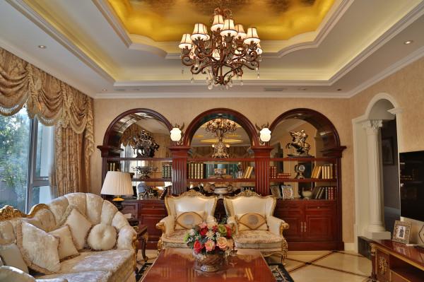 本案,客厅、公共区域地面以及卫生间墙地面,采用石材拼花铺贴,配以羊绒地毯,以及走廊、楼梯间的大型灯池烘托出华丽且优雅的气质。多层次的灯光设计营造着温馨的家庭氛围,不知不觉中让家人融化在这浓浓的温暖中。