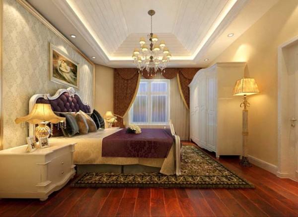 设计理念:卧室的吊顶侧面直线拉槽使得原本生硬的直线吊顶更加有艺术感节奏感。床头背景浅色壁纸搭上金色镜框的收边与紫色曲线床头背景相互呼应,妙意从生。