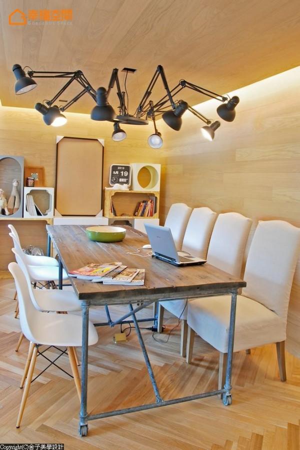 设计师灯具、造型柜体与老件餐桌,混搭造型感与生活感的美学呈现。