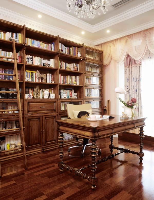 西山林语 420平米 混搭装修风格,书房偌大的书架,方便取书的木梯,精致的书桌使书房飘满了浓郁的文化气息。