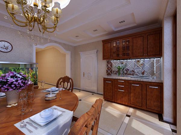 换个角度看餐厅,典雅欧式的橱柜,中间以镜面做造型,增添了空间感。水晶吊灯让餐厅也具备了欧式的奢华感。