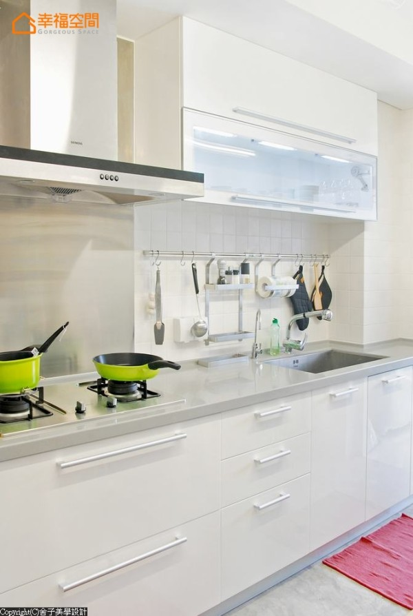 净白的厨具设备,搭配亮色缤纷器皿,活泼厨房气氛。