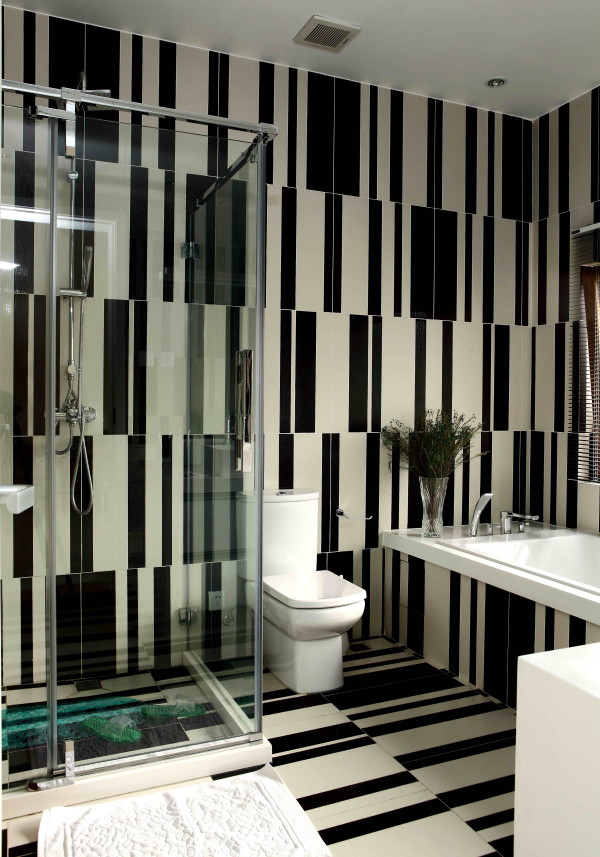 尚层别墅装饰 龙湾合院  376平米  现代简约,主卫生间的砖由600*600mm的黑白两色砖加工而成,增加了空间的趣味性。