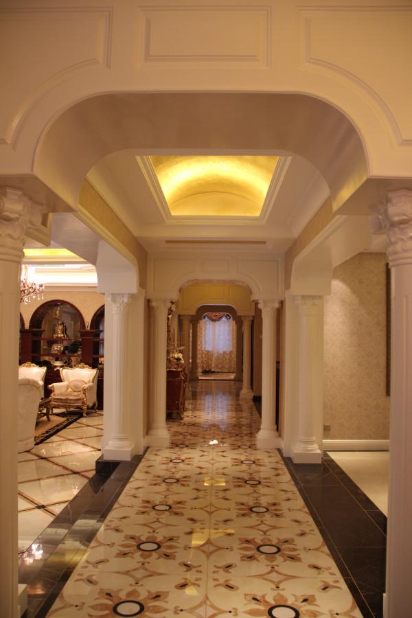 龙山新新小镇 600平米 欧式风格,略减欧式风格的繁琐,保留欧式风格的高雅与浪漫,从整体到局部、从空间到室内陈设塑造及布艺搭配,精雕细琢,协调丰富了空间的表情。