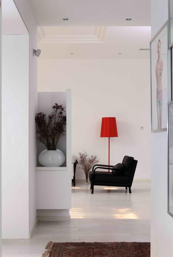 尚层别墅装饰 龙湾合院  376平米  现代简约,原有的墙面拆除,让楼梯显现,定制的黑色踏步板与白色的墙面及整体的楼梯扶手相配合,增加了空间的韵律感,让人成为空间中的主体。