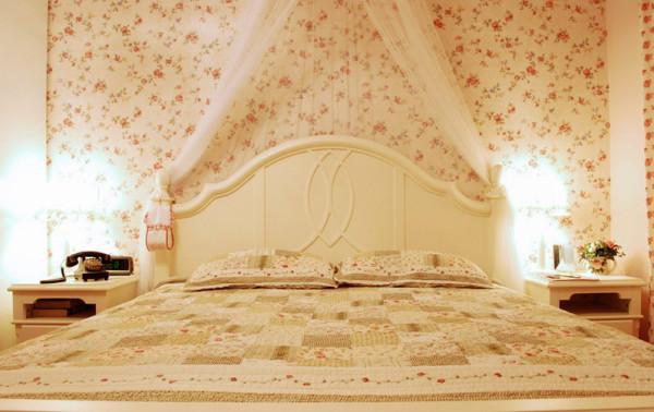白纱帘,小碎花墙纸,拼接背面,好温暖,同样红色小碎花窗帘,厚重,挡住赶走周公的太阳公公,拉开帘子又是美好的一天。