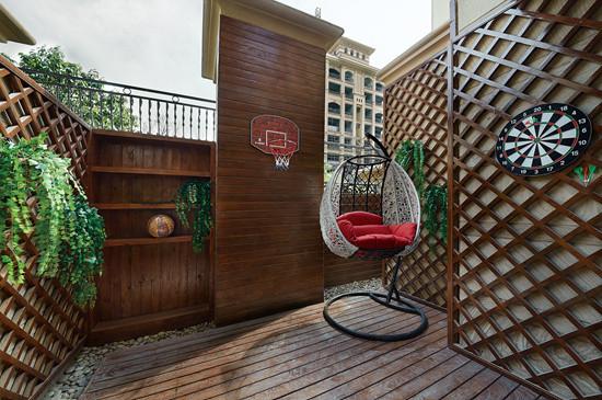 敞开式的大阳台处摆放吊椅,将来我有这么大的院子也要这么一个休息的地方