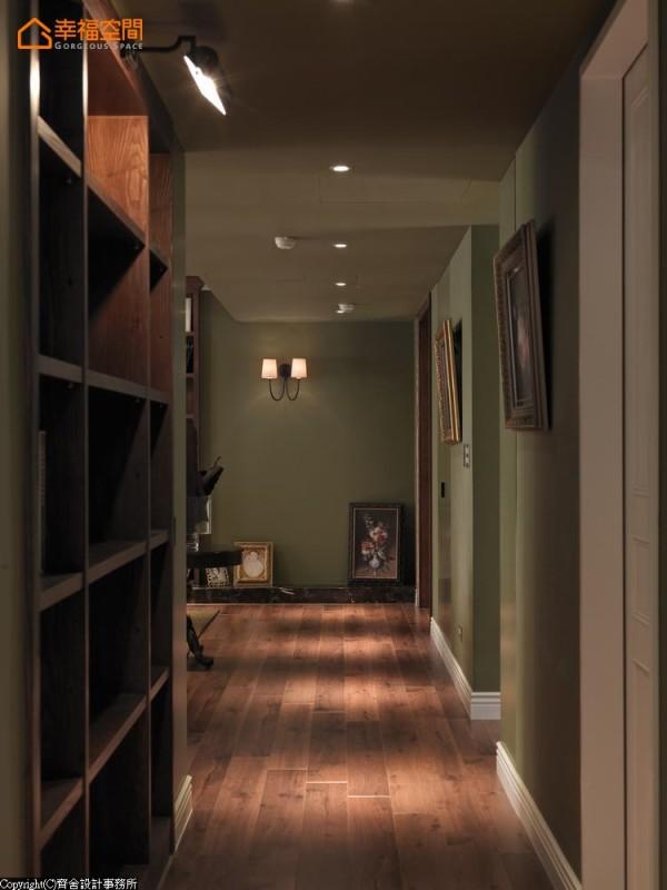设计师在廊道增加了书柜的功能,深咖色的木皮质感丰富了空间神采,也让原本单纯的过道表现层次与场域表情。