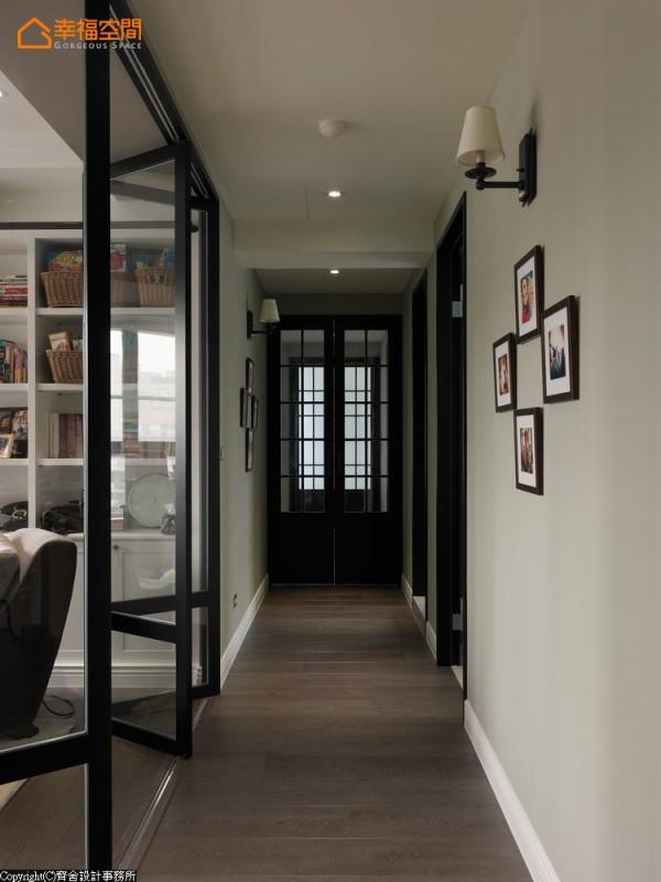 位于廊道底端的主卧房采双开门扉设计,通往主卫浴的门片也采相同手法垂直规划,层迭向内的空间视野,完美达到空间转换的平衡与视觉趣味。