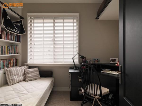 小小的空间里配置了书桌、卧床与小衣柜,完整的机能规划让晚归还需挑灯工作的男主人,有专属的小天地不打扰家人作息。