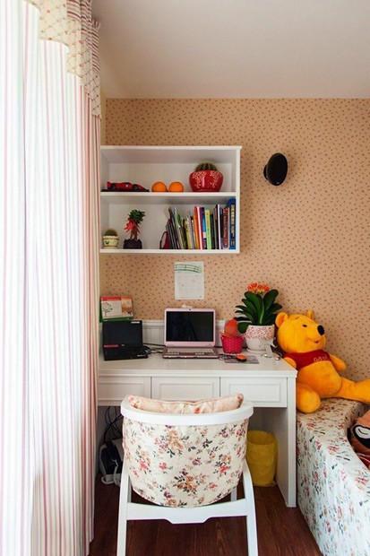 房间里的小书桌,摆上电脑和自己喜欢的小玩意