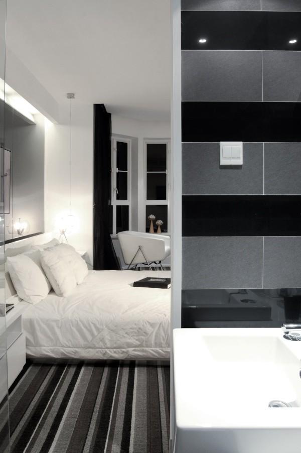 朝向主卧开放的卫浴空间与主卧之间拥有无限交流的可能性,具有开放、张扬性格功能。临窗的方向以黑色薄纱为帘,为直观的思想表达注入了性感的热辣