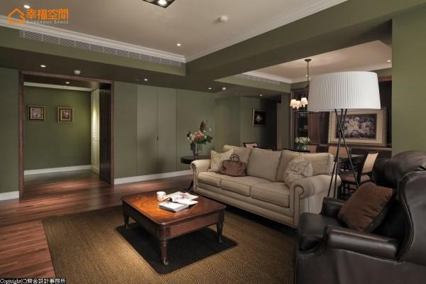设计师在空间的立面与梁柱,使用了灰绿色的ICI油漆,围塑整体的沉稳氛围,并于立面设计隐藏门,巧妙地增加收纳机能。