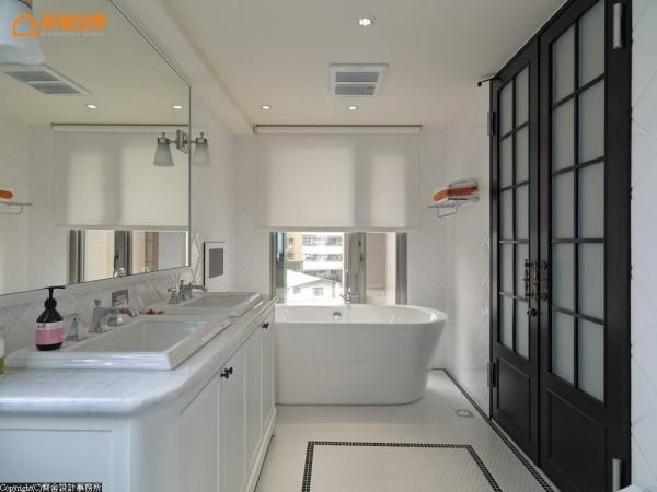 设计师以法式双开门与双洗手台破解狭长格局,将使用机能配置于空间两侧,并
